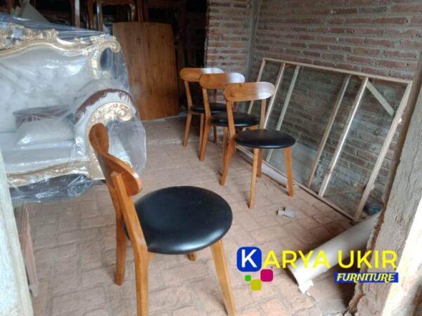 Jika anda sedang mencari kursi Cafe minimalis yang terbuat dari bahan material kayu jati atau yang biasa disebut dengan kursi Resto murah
