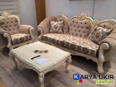 Sebuah kursi tamu Jepara dengan desain modern yang terbuat dari bahan material kayu jati TPK Perhutani harga paling murah