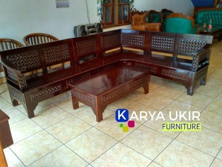 Jual Kursi tamu unik dengan desain minimalis atau yang biasa disebut dengan kursi ruang tamu ukir Jepara nyentrik perusahaan karya ukir furniture Jepara
